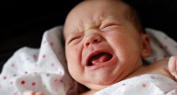 bebe se trezeste noaptea si plange