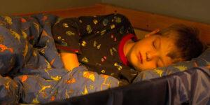 Cum afecteaza TV-ul sau alte dispozitive cu ecran somnul copiilor