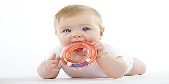 bebelusii iau lucrurile in gura